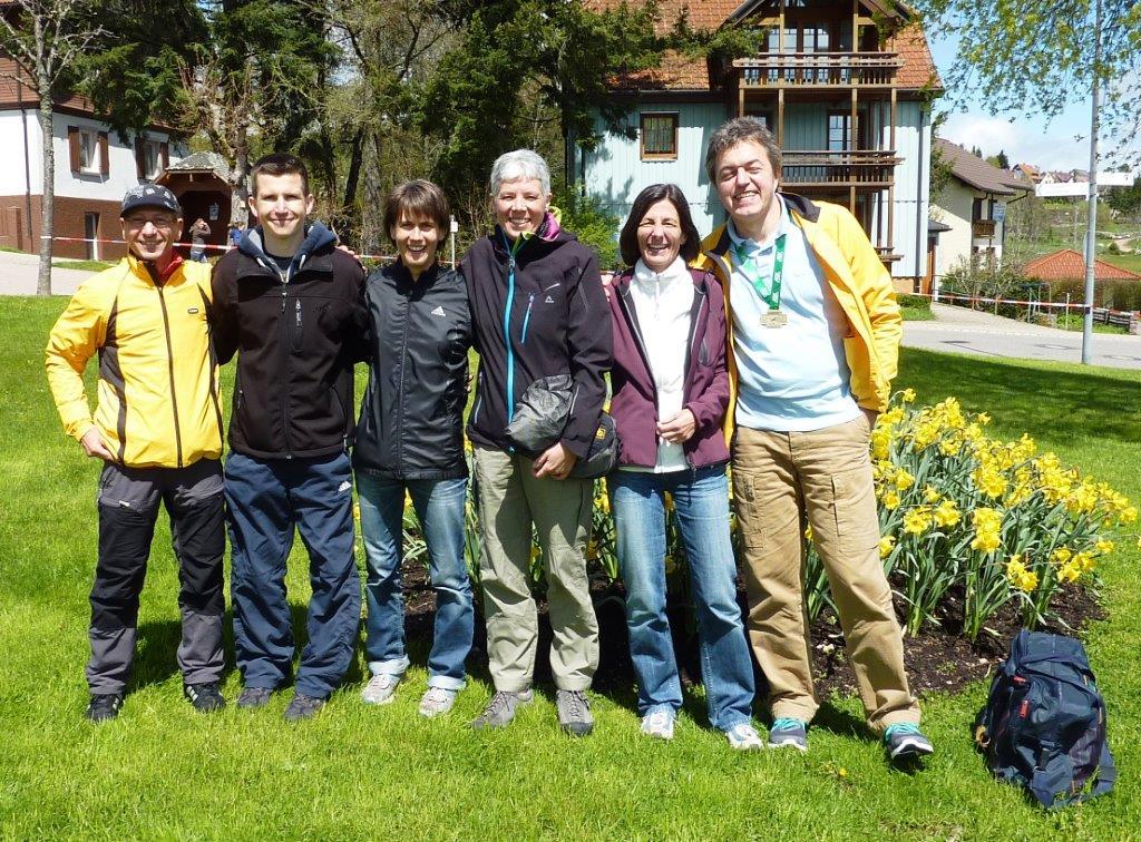 Wolfgang, Thomas, Claudia, Petra, Beate und Klaus beim Sonnenschein nach dem Lauf