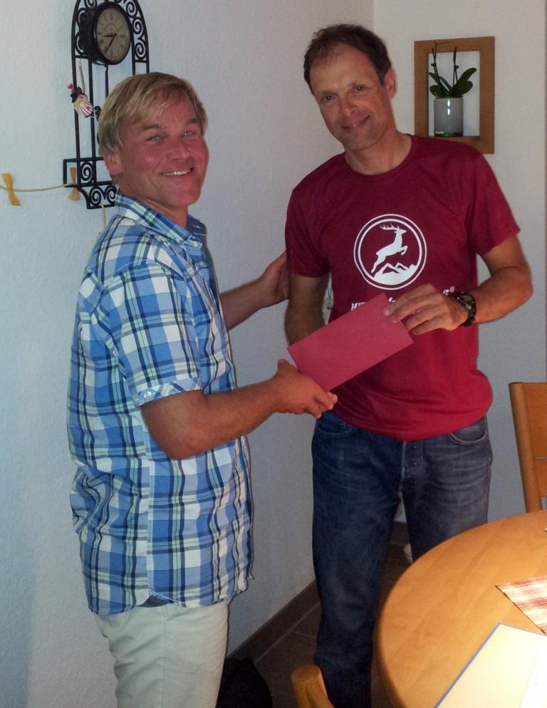 Esko erhält vom Präsi einen Gutschein  für das Bio Bistro Safran für ein feines  Frühstück mit seiner Familie